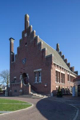 Raadhuis Noordwijkerhout / Town Hall Noordwijkerhout ( A.J. Kropholler, P.A.M. Siebers )