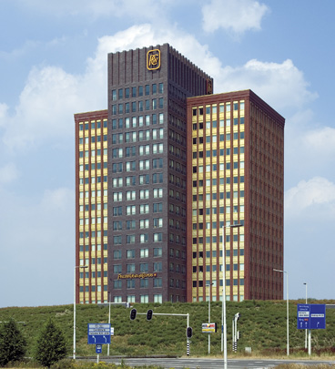 Kantoorgebouw PricewaterhouseCoopers / Office Building PricewaterhouseCoopers ( H.F. Kollhoff )