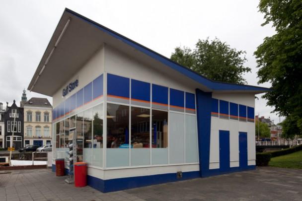 Benzinestation Groningen (BIM/Esso) / Petrol Station Groningen (BIM/Esso) ( W.M. Dudok )